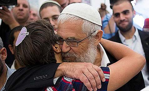 Rabbi Motti Elon hugging one of his followers in front of the Jerusalem court. Many Israelis today are convinced that cult-like phenomena are part of Judaism. They are absolutely anti-Jewish.