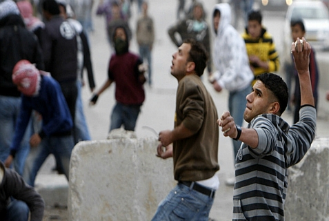 Arabs in Kalandiya throw stones and petrol bombs at IDF troops