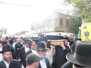 Mourners carrying the aron.