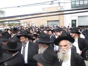 A throng of people gathered outside Shomrei Hadas Chapels in Boro Park to pay respects to Shlomo Zakheim.