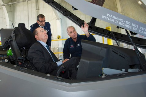 Defense Minister Moshe Ya'alon examines F-35 fighter jet at Lockheed Martin production facility in Texas. (Archive: Oct 2013)