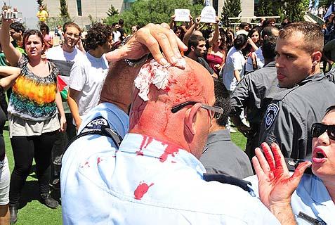 Policeman injured as Arab and Jewish students clashed at Haifa University, May 31, 2010.
