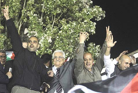 PA Chairman Mahmoud Abbas (C-L) with Palestinian prisoners released from Israeli jails.