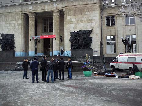 Police gathered outside the train station. Image tweeted by Koblikov34.