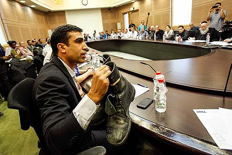 Jewish Home MK Yoni Chetboun in a Knesset Finance Committee meeting last November, arguing in favor of the IDF continuing to purchase shoes from an Israeli company, which is facing extinction should the Ministry of Defense kill its contract. Chetboun is a critic of pro-withdrawal ministers, especially under economic threats.