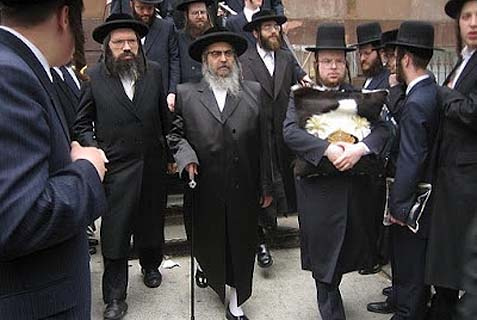 At center, the Satmar Rebbe R. Aaron Teitelbaum.
