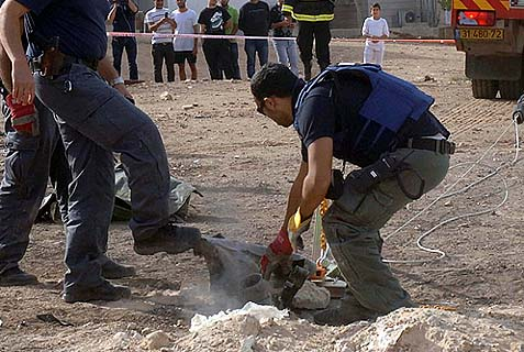 Bomb squad sappers from Israel Police at work. (illustrative only)