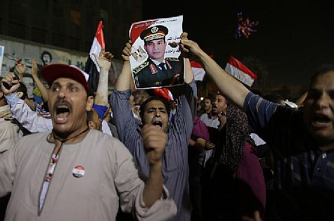 Egyptians hold portraits of Egypt's then-Defense Minister Abdel Fattah el-Sisi in Tahrir Square in Cairo on July 19, 2013 following the ouster of former Muslim Brotherhood-backed President Mohammed Morsi.  (archive)