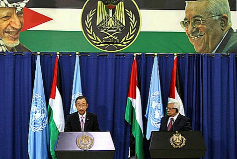 UN General Secretary Ban Ki-moon (L) and Palestinian President Mahmoud Abbas (R) during a joint press conference at Abbas' headquarters in Ramallah, 15 August 2013.
