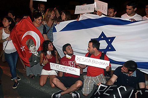 Israelis and Turks demonstrate against Erdogan's Turkish regime outside the Turkish Embassy in Tel Aviv on June 2, 2013.