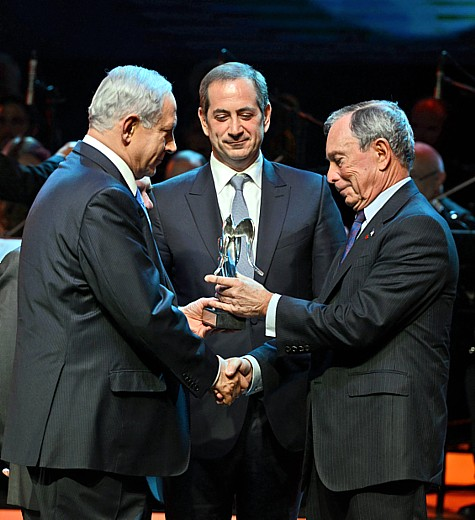 Prime Minister Benjamin Netanyahu (L) hands the Genesis Award to former New York City mayor, Michael Bloomberg (R ), during the Genesis Award ceremony at the Jerusalem Theater, on Thursday, May 22, 2014.