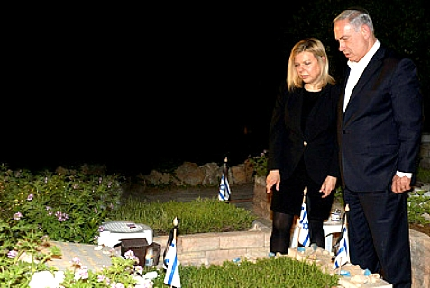 Prime Minister and Sara Netanyahu on Yom HaZikaron at the grave of Yoni Netanyahu, killed in the 1976 Entebbe raid.