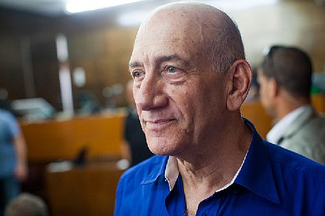 Former PM Ehud Olmert at Tel Aviv District Court hears his sentence on May 13, 2014. (archive)
