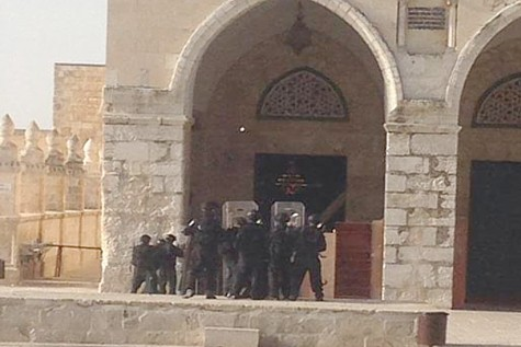 Police trying to contain Muslim rioters on Temple Mount on Jerusalem Day 2014
