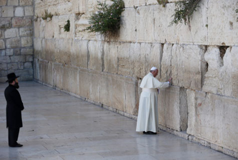 Pope Francis prays at the Western Wall accompanied by the Kotel Rav, Rabbi Shmuel Rabinovitz.