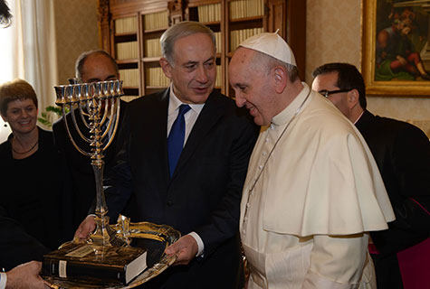 Pope Francis (R) with Israeli Prime Minister Benjamin Netanyahu (C) during their meeting at the Vatican, December 2, 2013.