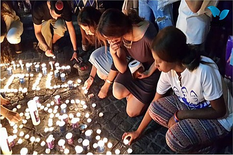 Children lighting candles in Kikar Tzion, Jerusalem, in memory of Eyal, Gil-ad and Naftali.