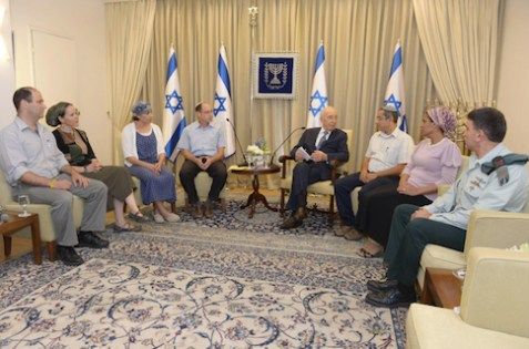 Peres meets with Shaar, Frenkel and Yifrach families