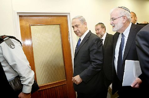 Prime Minister Binyamin Netanyahu heads to security cabinet meeting with National Security Adviser Yaakov Amidror. (archive)