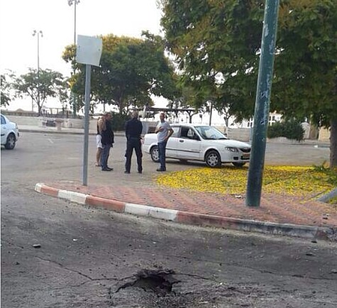 Rocket hit a Metulla street. Photo by Smiley Hafuch / Rotter.net