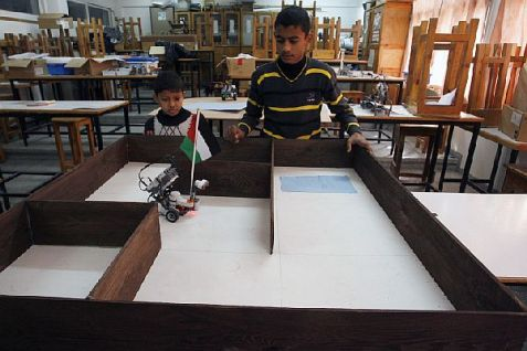 Gaza children learn in robotics workshop at UNRWA school in Rafah, December 2013.