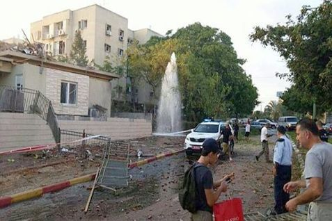 A house in Ashkelon was hit by a rocket.