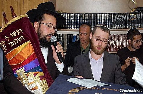 Chabad-Lubavitch emissary and rabbi to Mariupol, Rabbi Mendel Cohen at recent Torah dedication in the southeastern Ukraine city.