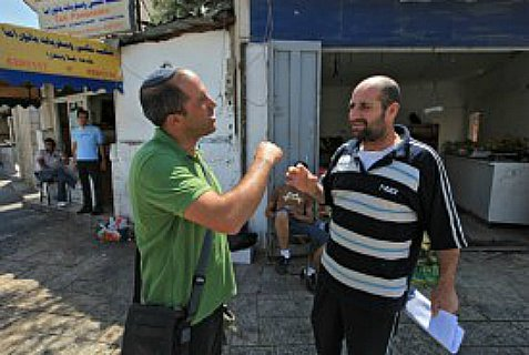 Aryeh King (l) talking with a local Arab resident in eastern Jerusalem.