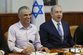 Israeli Prime Minister Binyamin Netanyahu (R) and Finance Minister Moshe Kahlon attend the weekly cabinet meeting in Jerusalem.