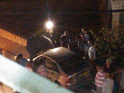 Arab mob surrounding Meron Rapoport's car in Ramallah