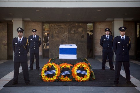 The coffin of Israel's ninth President, Shimon Peres, rests before the Knesset, accompanied by the Knesset Honor Guard.