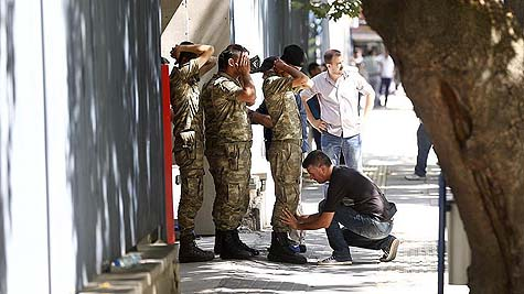 Pro-coup soldiers surrender in Ankara / Anadolu Agency