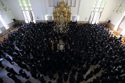Hareidi religious Jewish men seen around the body of the head of the Yeshiva of Ponevezh Rabbi Chaim Shlomo Leibowitz, zt'l during his funeral in the city of Bnei Brak.
