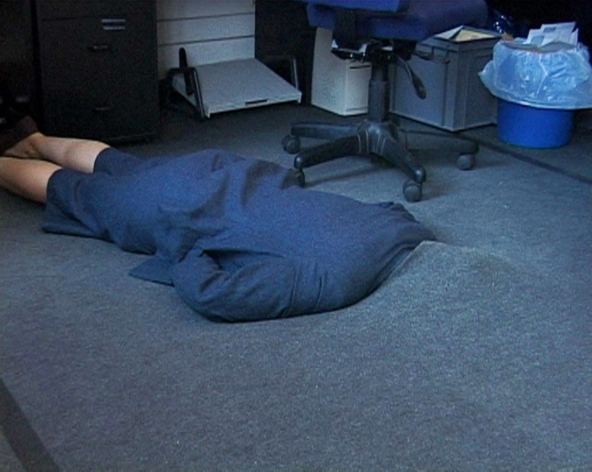 Sofia Hultén, Grey Area. 12 Attempts to hide in an office environment, 2001 (Videostill), © Bildrecht, Wien, 2014, Courtesy die Künstlerin und Konrad Fischer Galerie Düsseldorf / Berlin