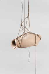 Morgan Tschiember (FR): Shibari, 2013, emaillierte Keramik, Seil, Foto: Isabelle Giovacchini
