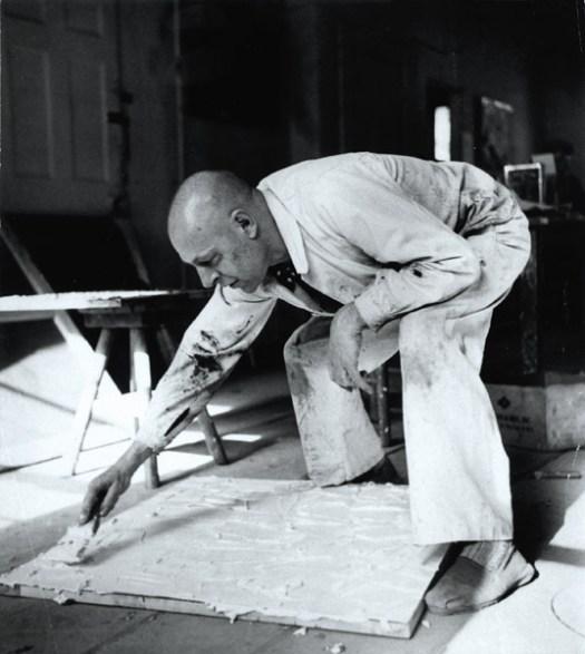Jean Dubuffet, beim Vorbereiten einer Leinwand, New York, 1951/1952 © Foto: Kay Bell / Archives Fondation Dubuffet, Paris