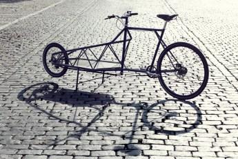 Jedes Fahrrad wird auf Bestellung von Hand gefertigt und ist ein Einzelstück. Die Lenkung wird nicht wie üblich über eine Gabel realisiert, sondern mit einer Radnabenlenkung, wie sie auch bei Motorrädern zum Einsatz kommen. © Copyright: Elian Cycles (NL)