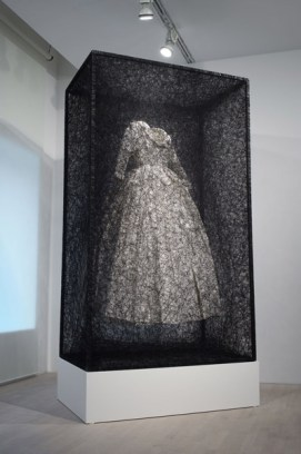 Chiharu Shiota, State of Being (Dress), 2015, Metallrahmen, Kleid, Faden 270 x 160 x 100 cm, Atelier Chiharu Shiota, Berlin, ©The Artist, Photo: Sunhi Mang / VG Bild-Kunst, Bonn 2017