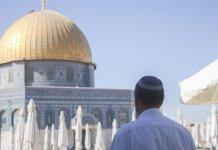Muçulmano olha para a Cúpula Dourada, no Monte do Templo. (Foto: Lucie March/Flash 90)