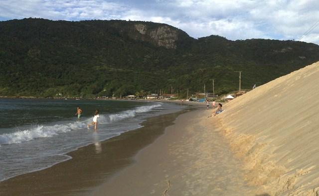 Entulhos e cacos de azulejos pontiagudos oferecem risco aos banhistas na Praia dos Ingleses