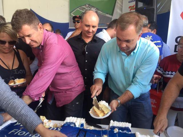 """Emanuel Soares: """"Gean e João Batista servem bolo para moradores de Ingleses"""""""