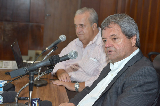 Presidente da Agetop (à direita) concede entrevista a repórteres políticos | Foto: Y Maeda/ Assembleia Legislativa