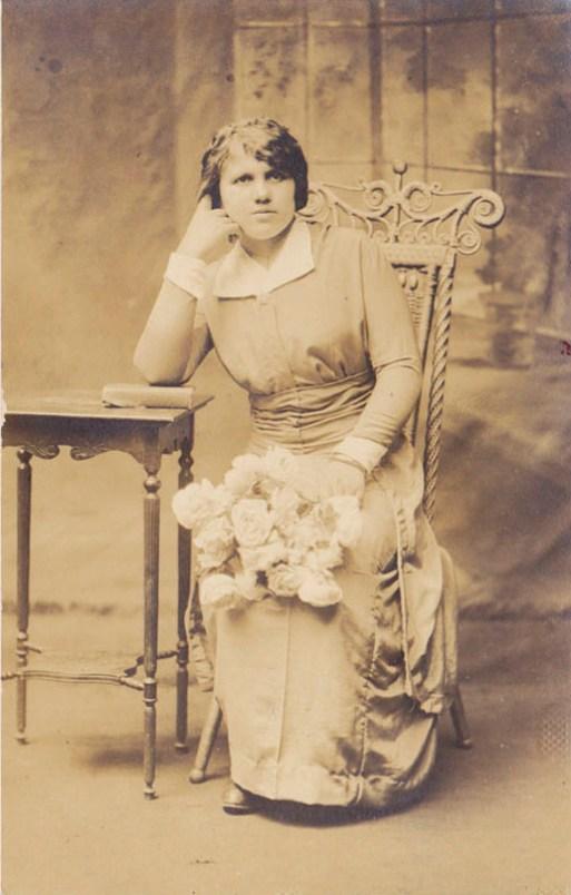 Reisaavaisen laulu introduces Hilda Koskinen who traveled from Mänttä to New York in 1913.