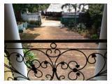 halaman depan (tampak dari balkon)