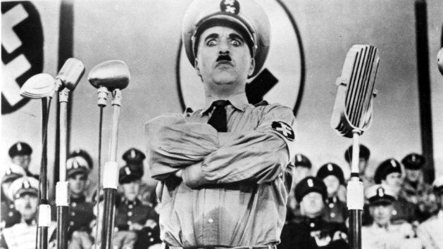 El gran dictador. Chaplin, en plena mofa.