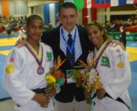 Diego posa para foto com a medalha,             ao lado do técnico Kiko e de Taciana | Foto: Divulgação