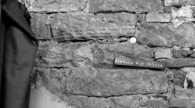 """Hier ist ein Bild mit einer gemauerten Wand zu sehen. Auf einem kleinen Schild an der Wand steht """"Einfach war früher"""""""