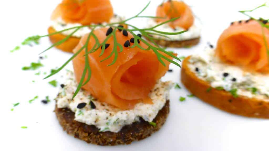 Smoked salmon canapes with cream cheese simple tasty good for Canape de salmon