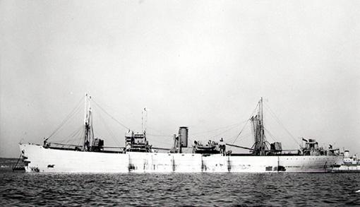 À vide, le SS Elk Island Park attend ses ordres de chargement. Livré le 6 juin 1943 par la United Shipyards de Montréal, il est équipé de filets anti-torpilles retenus aux bômes rangés à la verticale près des mats.