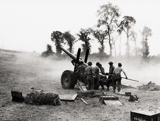 """7th Medium Regiment, 12th Battery, """"A"""" Troop, fire on Germans with 5.5 inch guns, Bretteville-Le-Rabet, Normandy, 16 August 1944."""